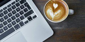 Billede af kaffe latte og computer